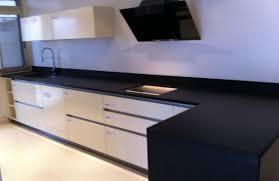 plaque granit cuisine plan de travail en granit noir flamme brosse pose de