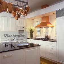 cuivre cuisine cuisines tout blanc cuisine avec casseroles comptoirs noir