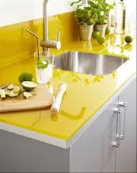 plan de travail cuisine verre verre laqué couleur jaune pour plan de travail crédence en verre