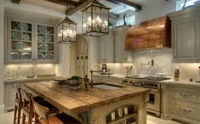 armoire de cuisine rustique cuisines cuisine rustique îlot bois chaises hautes les lanternes