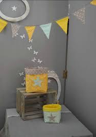 chambre bébé taupe et vert anis guirlande fanions pochons vide poche rangement vert d eau jaune gris