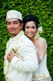 indonesian brides bride and groom in traditional indonesian garb traditional