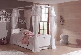 le chambre fille lit baldaquin enfant so romantique de la chambre emilie so nuit