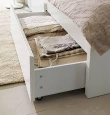 schlafzimmer mit malm bett nahaufnahme eines geöffneten schubkastens in malm bettgestell mit
