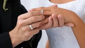 an welcher trã gt den verlobungsring hochzeit diese eheringe liegen im trend