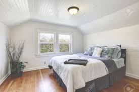 chambre avec miroir miroir plafond chambre chambre avec planches de bois murs et le