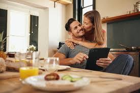 baisee dans sa cuisine femme donnant le baiser bonjour à ami dans la cuisine image