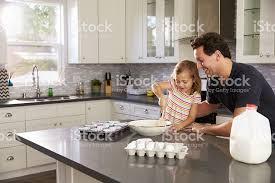 cuisine caucasienne photo de caucasien fille et père de cuisson ensemble dans la