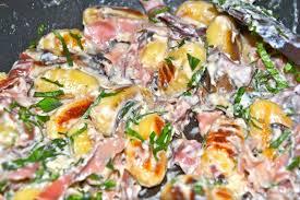 comment cuisiner des gnocchi recette inavouable gnocchis sauce ail et fines herbes ou comment