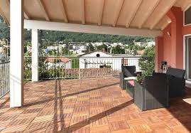 balkon fliesen holz holzfliesen auf dem balkon der richtige bodenbelag für draußen