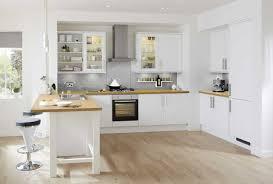 photo cuisine blanche cuisine blanche avec plan de travail bois parquet pour idees deco