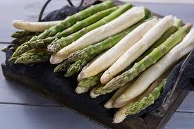 cuisiner asperge ressort frais vert et asperge blanche prête à cuisiner sur en