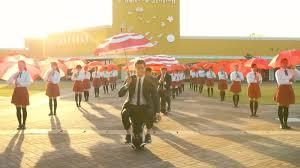 Flag You Down Ok Go Tanzen Sich Mit Tausenden Regenschirmen Durch Den Herbst