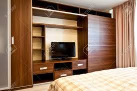 tv dans chambre confortable chambre à coucher avec tv et armoires banque d images et