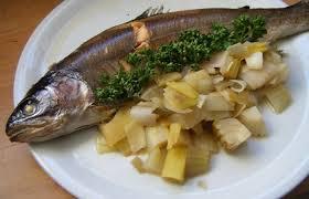 cuisiner truite au four truite au four sur lit de fenouil et poireau recette dukan pl par
