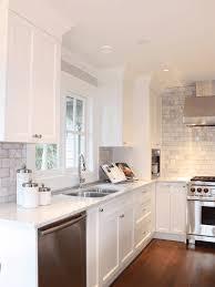 cuisine blanche carrelage gris cuisine moderne blanche avec des touches de couleur carrelages