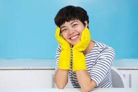 femme dans la cuisine femme de ménage souriante dans des gants de protection dans la