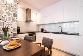 cuisine grise plan de travail noir plan de travail cuisine 50 idées de matériaux et couleurs