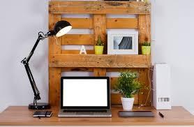 palette bureau bureau en palette de bois 20 idées pour le fabriquer et l