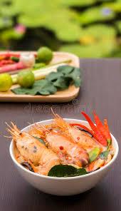 cuisine thailandaise traditionnelle tom yum goong dans la cuvette blanche cuisine thaïlandaise