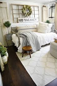 Decorate A Small Bedroom by Best 25 Farmhouse Bedrooms Ideas On Pinterest Modern Farmhouse