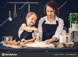 mere et fille cuisine mère et fille préparer les boulettes dans la cuisine photographie