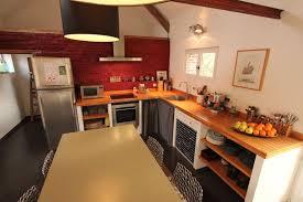faire plan de cuisine cuisine avec plan de travail bois