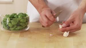 cuisiner l ail couper faire la cuisine cuisiner hd stock 385 161 617