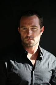 sullivan stapleton age weight height measurements celebrity sizes