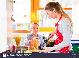 faire r馘uire en cuisine mère fille montrant comment faire cuire en cuisine domestique banque