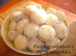 en cuisine avec coco boules de neige petits gâteaux fondants à la confiture et noix