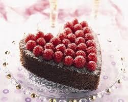 gâteau au chocolat et aux framboises en forme de coeur cuisine