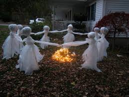 11 easy diy halloween decorations with trash bags 4 ghosts dancing