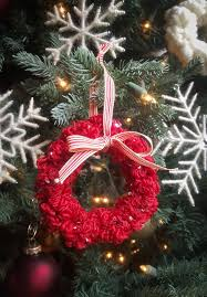 how to make yarn scrap christmas wreaths