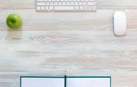 dessus de bureau bureau avec pomme verte vue de dessus sur la lumière beige bureau de