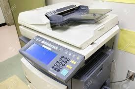 photocopieur bureau photocopieur modern avec affichage numérique branché à la paroi dans