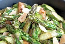 cuisiner asperges wok d asperges vertes au poulet et amandes grillées les fruits et