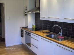 cuisine blanche carrelage gris carrelage gris cuisine la cuisine blanche avec des lments en mtal