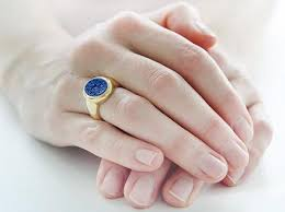 an welchem finger trã gt den verlobungsring mode schmuckstück mit geschichte der siegelring focus