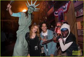 halloween horror nights casting bella thorne u0026 tyler posey couple up at halloween horror nights