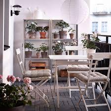 balkon tische ein balkon mit mälarö tisch und klappstühlen in weiß verzinkten