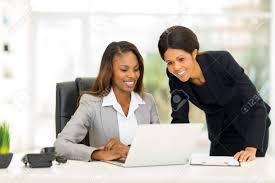 sexe au bureau heureux africains collègues de sexe féminin travaillant dans le