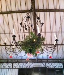 tons mariage suspensions florales pour une décoration de cérémonie laïque dans