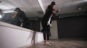 imagenes en movimiento bailando jovencita bailando en estudio ella ensaya movimiento practicado