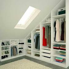 chambre parentale sous comble dressing avec armoires sous pente dans chambre parentale
