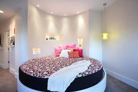chambre de dormir lit rond au cœur d une chambre au design original design feria