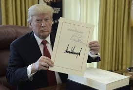 bureau president americain monde donald promulgue la baisse des impôts et part