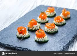 id e petit canap ap ro canape apéritif au saumon concombre et fromage à la crème sur fond