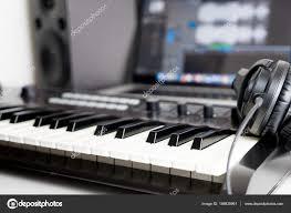 bureau studio musique clavier synthétiseur et casque se trouvant sur le bureau de travail