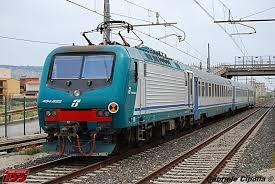 carrozze treni treni treno regionale con e464 carrozze uic x in transito sulla